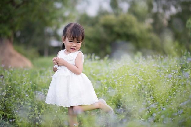 Bonne petite fille debout dans le pré