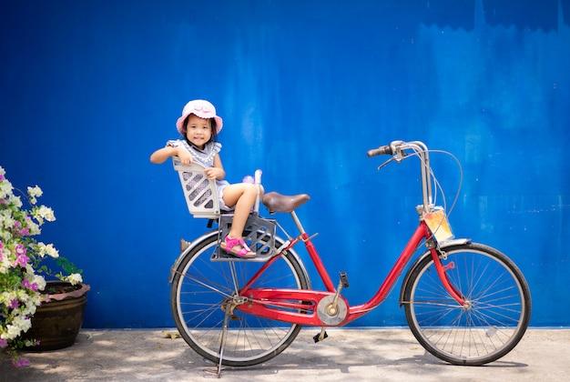Bonne petite fille faire du vélo dans le parc