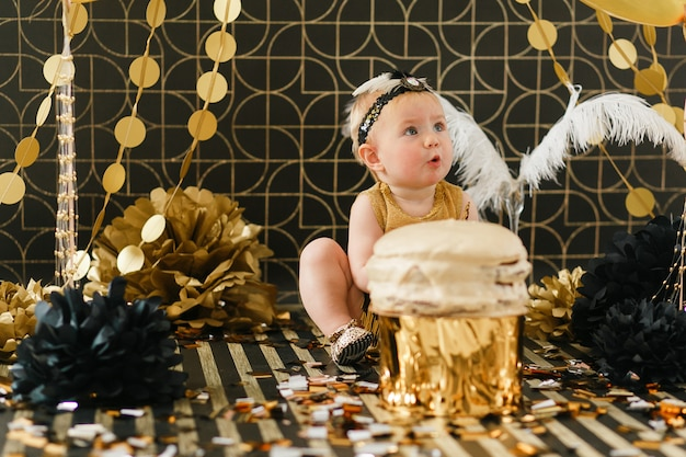 Bonne petite fille fête son premier anniversaire.