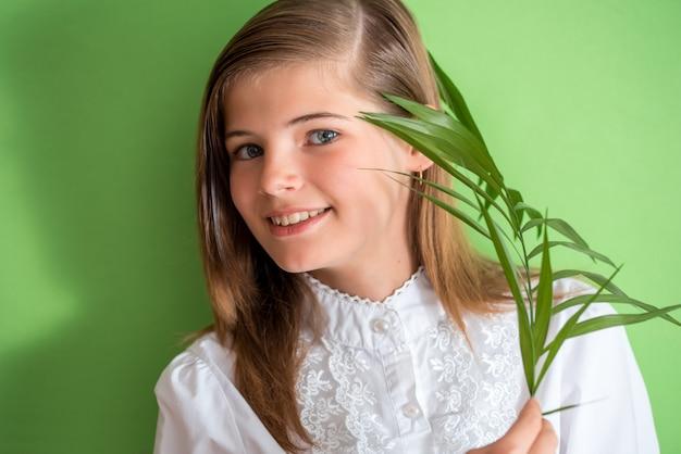 Bonne petite fille avec fleur.