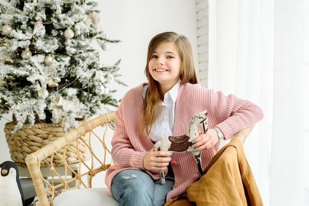 Bonne petite fille souriante avec boîte de cadeau de noël.
