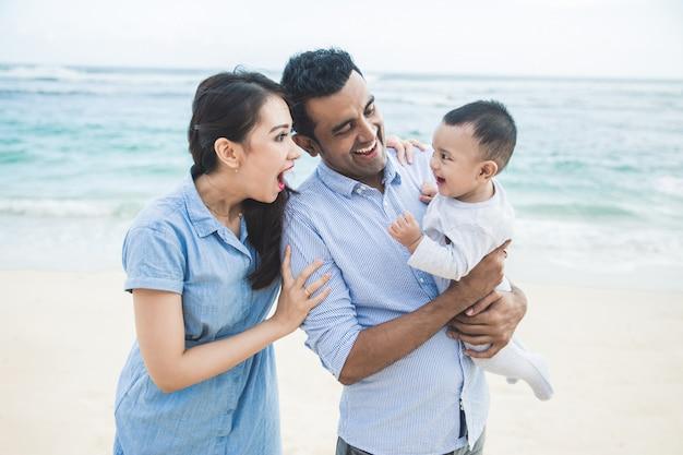Bonne petite vacances en famille sur la plage