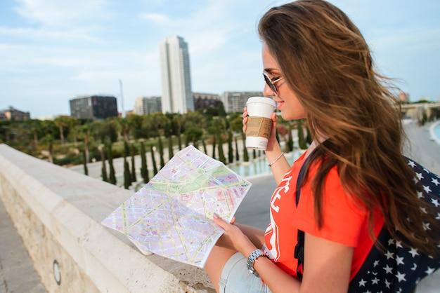 Bonne touriste femme avec une carte de la cité des arts et des sciences de valence