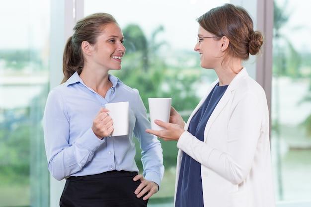 De bonnes collègues qui prennent du thé et parlent