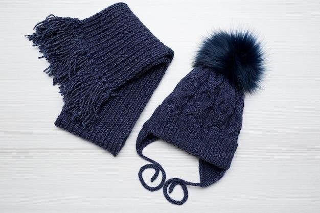 Bonnet et écharpe tricotés pour enfants d'hiver en bleu