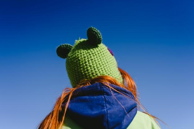 Bonnet d'hiver drôle, vue de dos et d'en bas. espace de copie.