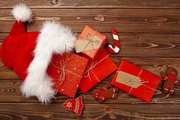 Bonnet de noel et coffrets cadeaux emballés vue de dessus à plat