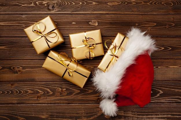 Bonnet de noel et coffrets cadeaux emballés vue de dessus