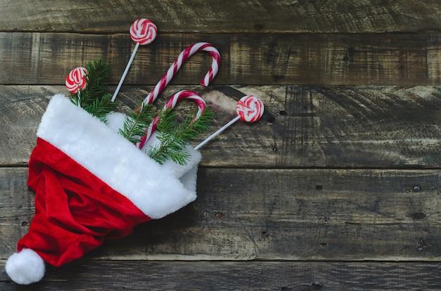 Bonnet de père noël avec bonbons et branche de pin