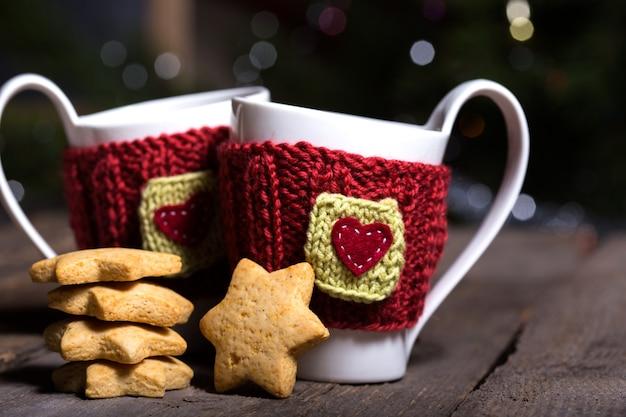Bonnets en laine tricotés sur une table en bois, noël