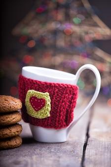 Bonnets en laine tricotés sur une table en bois
