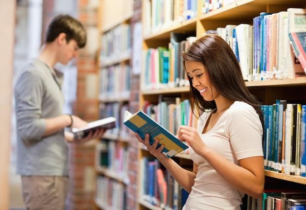 Bons étudiants qui lisent des livres
