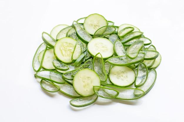Bons soins de la peau et en bonne santé avec des ingrédients naturels, aloe vera et concombres isolés sur blanc