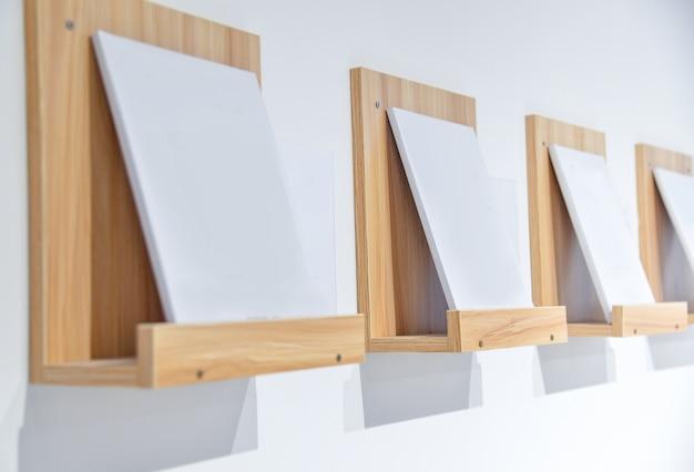Bookshelves sur les murs blancs