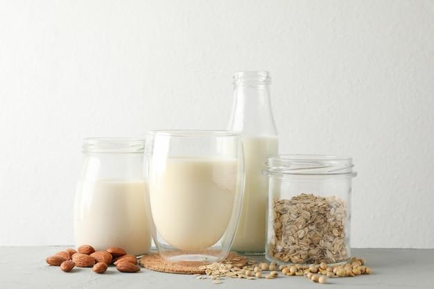 Bootle et verre de différents types de lait
