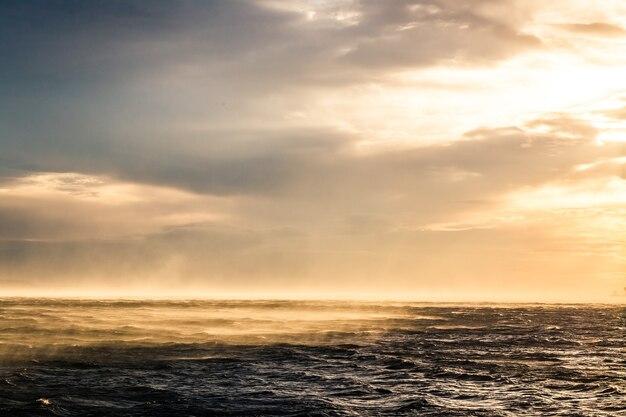 Bora vent sur le golfe de trieste au coucher du soleil