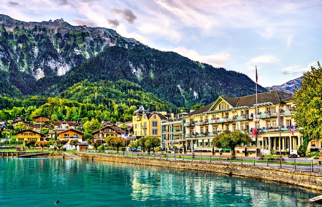Bord de l'eau du lac de brienz à boenigen près d'interlaken en suisse