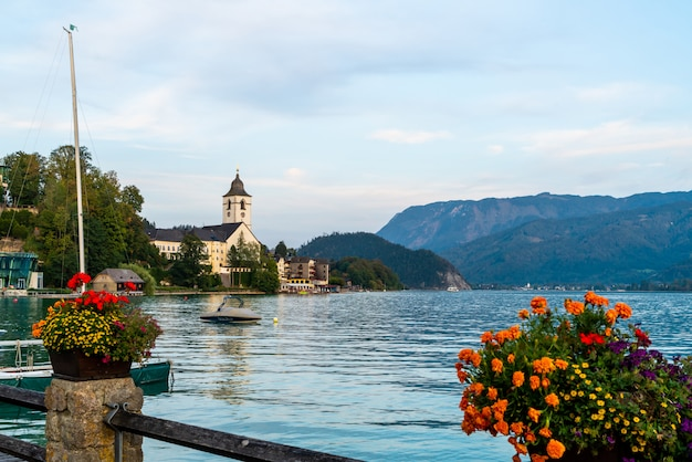 Bord de l'eau de st. wolfgang avec lac wolfgangsee, autriche