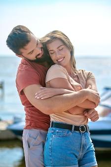 Bord de mer. un couple heureux se sentant incroyable de passer du temps sur une plage