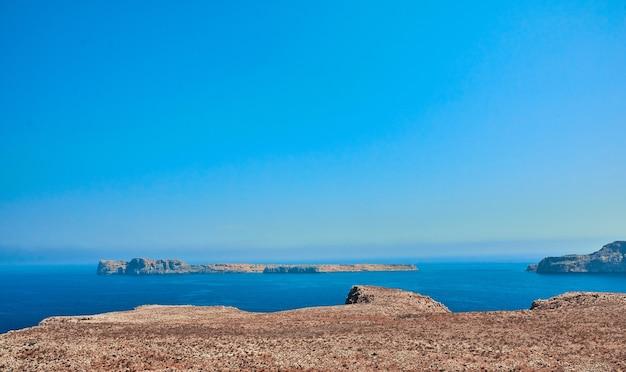 Bord de mer d'été avec falaises, côte rocheuse à l'après-midi ensoleillé. le concept de voyage, de loisirs, de tourisme.