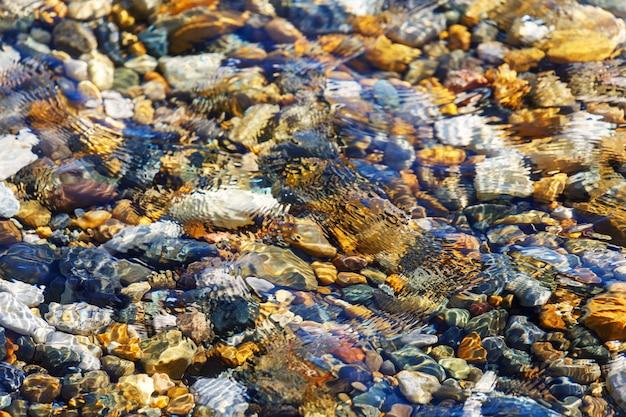 Bord de mer. plage de galets aux eaux claires. photo de haute qualité
