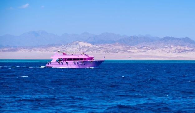 Bord de mer près des montagnes de sable