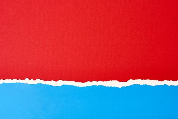 Bord de papier déchiré déchiré avec un espace de copie, fond de couleur rouge et bleu