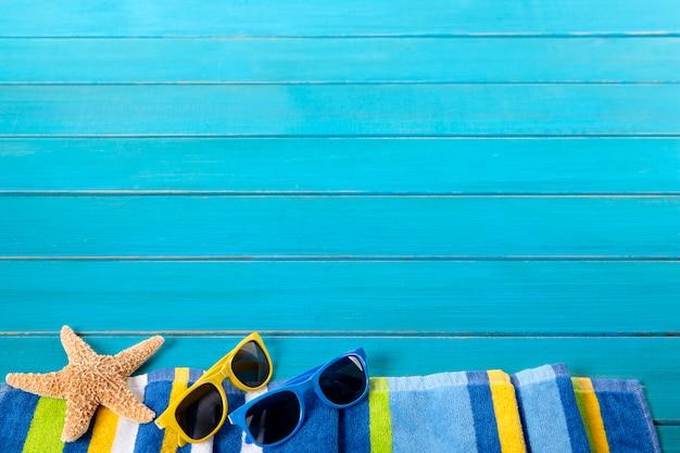 Bord de plage avec lunettes de soleil et étoiles de mer