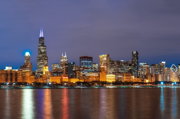 Bord de la rivière de paysage urbain de chicago le long du lac michigan au crépuscule, illinois, états-unis