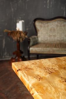 Le bord de la table élégante en bois en noyer massif avec de la résine époxy dans un intérieur élégant