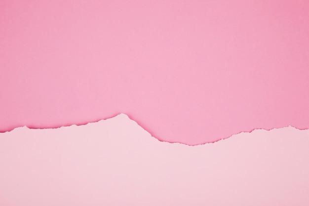 Les bords irréguliers du papier dans le tableau
