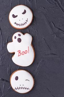 Bordure de biscuits de pain d'épice halloween blancs.