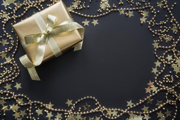 Bordure de boîte cadeau dorée sur fond noir