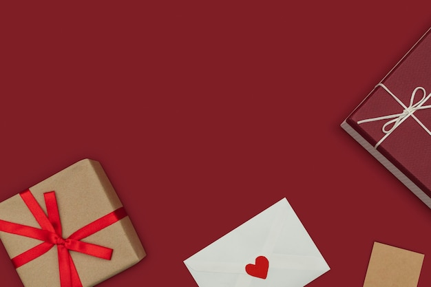 Bordure de cadeaux de la saint-valentin avec des boîtes et une lettre d'amour