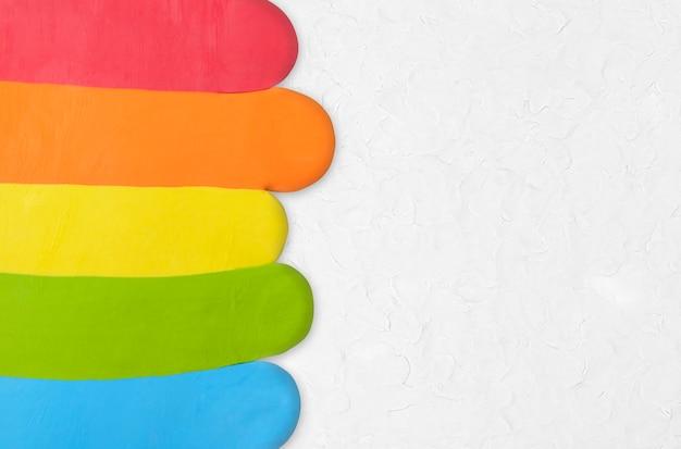 Bordure colorée de fond texturé en argile arc-en-ciel en art créatif bricolage gris