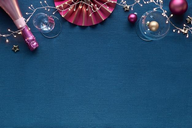 Bordure décorative de noël avec des décorations dorées et roses