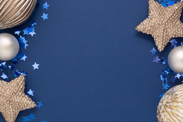 Bordure de fond de noël abstrait bleu avec des décorations d'hiver en argent, maquette bleue avec un espace pour le texte.