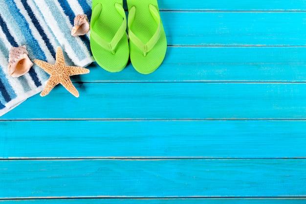 Bordure de fond de plage d'été, tongs, étoile de mer, espace copie