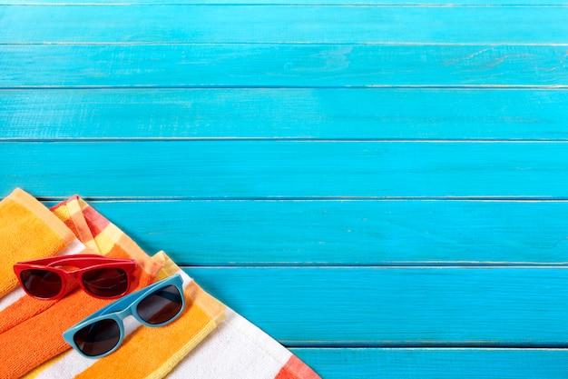 Bordure de fond de plage avec terrasse en bois bleu