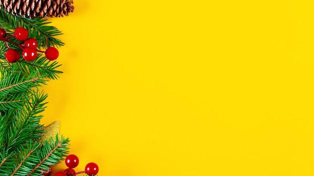 Bordure gauche de noël sur fond jaune vif.
