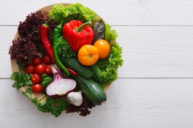 Bordure de légumes frais sur bois avec espace copie