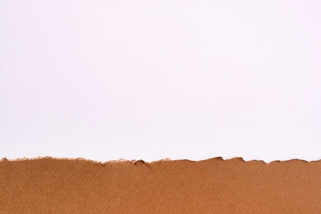 Bordure de papier brun déchiré fond blanc