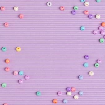 Bordure de perles pastel fond violet