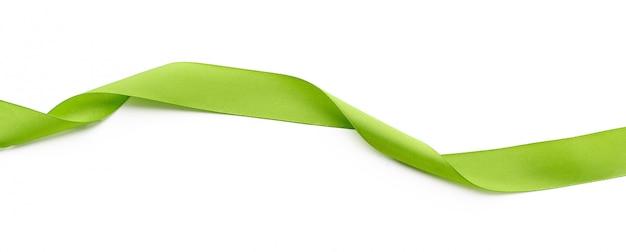 Bordure de ruban vert isolé sur fond blanc se bouchent