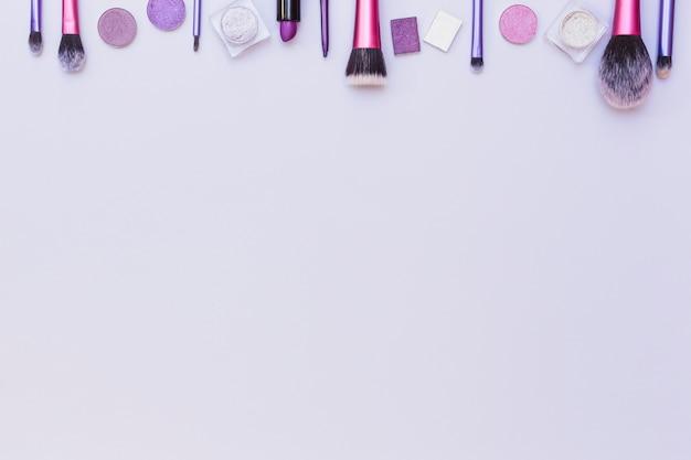 Bordure supérieure disposée avec des produits cosmétiques sur fond blanc