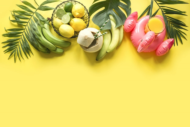 Bordure tropicale de cocktail dans la noix de coco, les fruits, la banane et les feuilles des palmiers sur jaune. visite détox.