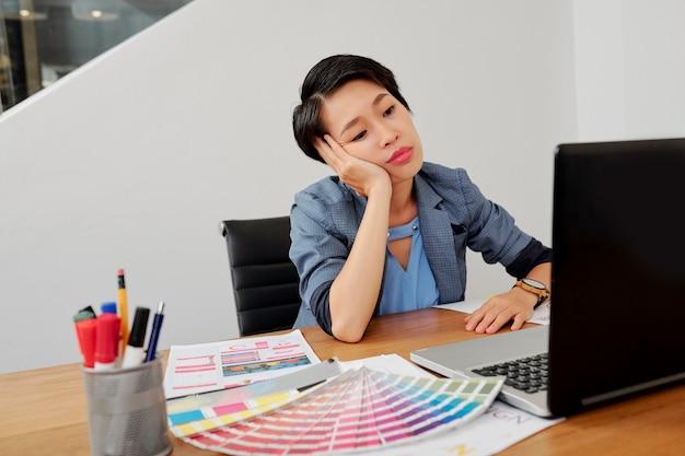 Bored fatigué jolie graphiste