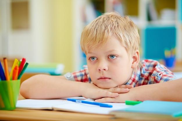 Bored schoolboy aux yeux bleus