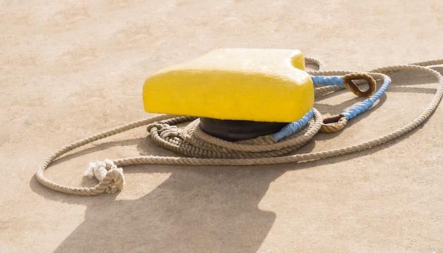 Borne d'amarrage avec corde