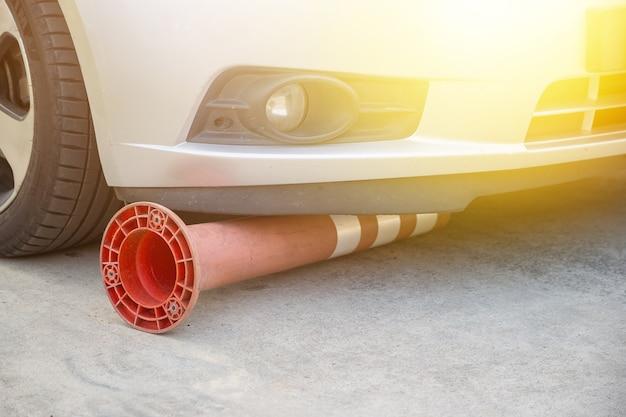 Borne de circulation flexible cassée sous la voiture sur la route